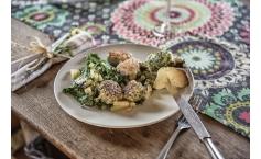Lachs- und Poulardenbällchen auf gegrilltem Spinat
