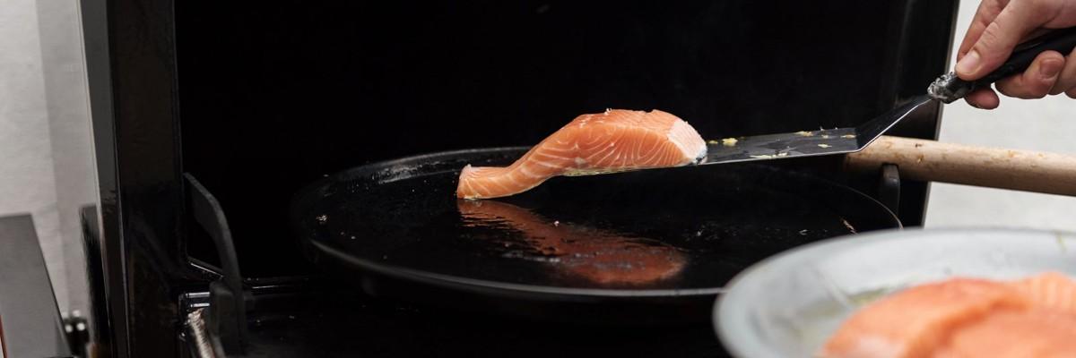 Saumon nature auf der Plancha gegrillt